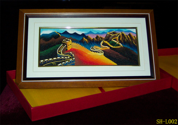 彩砂画简介 彩砂装饰画是一种将绘画与镶嵌巧妙融合的艺术作品,也是在传统艺术基础上创作出的新型装饰画种。全部采用手工制作,所有原料均采用高温制作,所有原料均采用高温制成,故其立体感强,色彩艳丽,永不褪色。 产品名称:社火系列(中型); 产品尺寸:18cm*18cm 市场参考价:140元/幅; happy价:98元/幅。   产品名称:脸谱系列(中型); 产品尺寸:18cm*18cm 市场参考价:140元/幅; happy价:98元/幅。   产品名称:胡同系列(中型); 产品尺寸:18cm*18cm 市场参